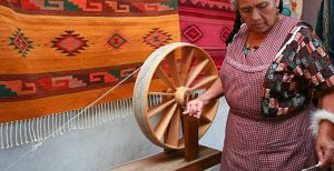 Haciendo tapetes de lana